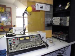 Estudio de Radio La granja, primera radio libre en Aragón, emitiendo desde 1985.